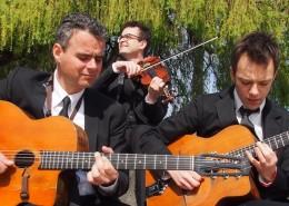 L'orchestre en trio sur les quais de seine à Paris